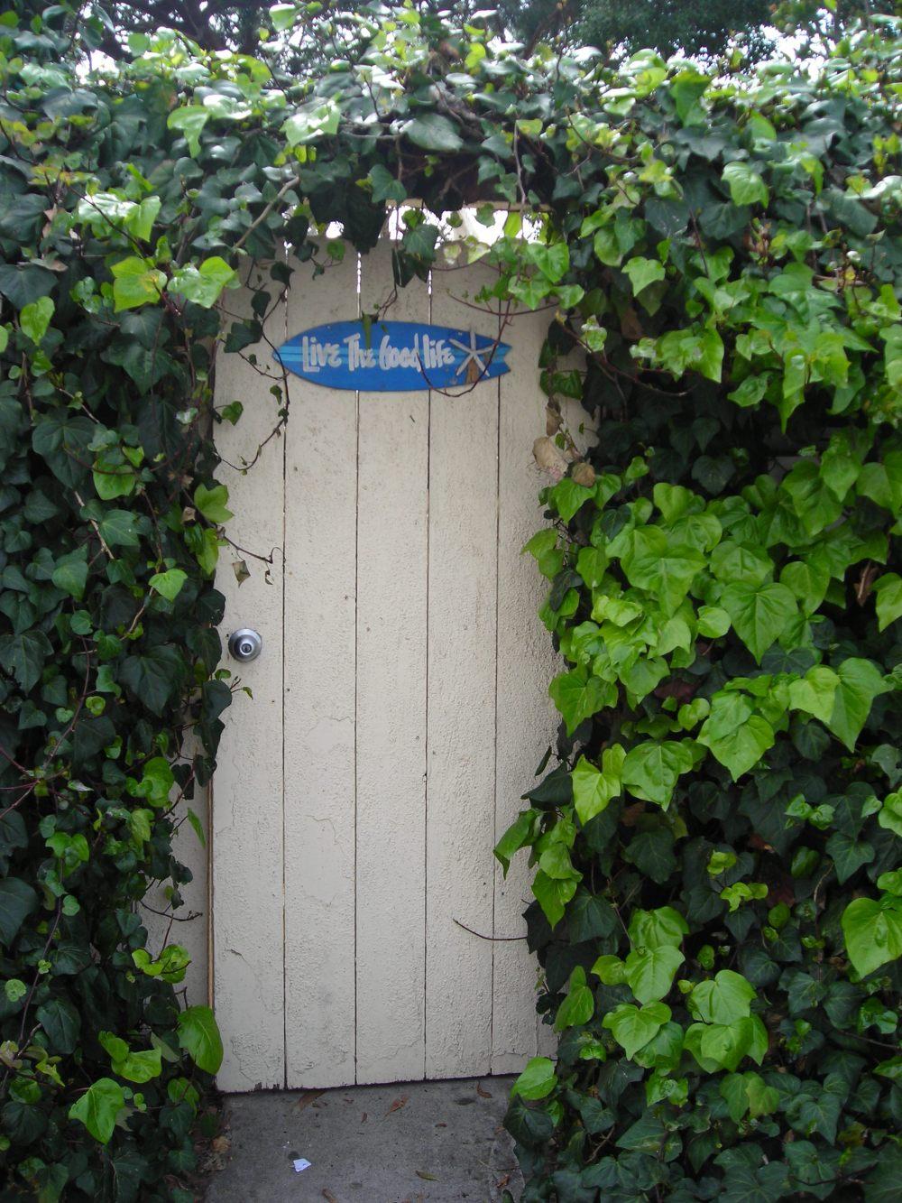 Laguna Beach'de dolaşırken gördüğüm bir kapı... Arkasında ne var hiç bilmiyorum ama bu kapı, üzerindeki yazıyla bana çok manidar durmuştu.
